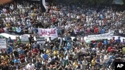 示威者4月27日在伊德利卜附近抗议叙利亚总统阿萨德的统治