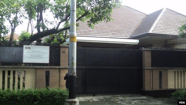 Rumah mewah di Manahan, Solo, milik jenderal polisi tersangka korupsi, Djoko Susilo, disegel KPK. (VOA/Yudha Satriawan)