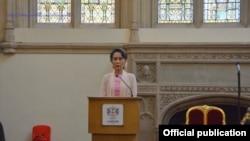 လန္ဒန္ၿမိဳ႕ေတာ္ဂုဏ္ထူးေဆာင္ဆုေပးပြဲတြင္ ေဒၚေအာင္ဆန္းစုၾကည္ မိန္႔ခြန္းေျပာစဥ္ (Ministry of Foreign Affairs Myanmar)