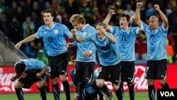 Para pemain Uruguay merayakan kemenangan setelah drama adu tendangan penalti melawan tim bintang Hitam, Ghana.