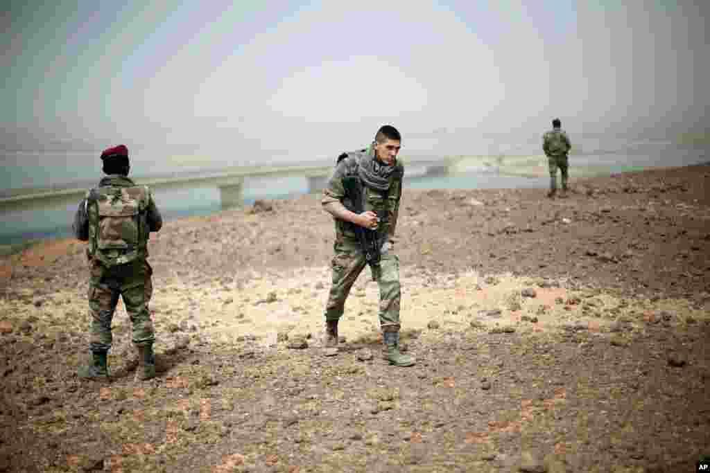 Des soldats français positionnés près du pont sur le Niger, à l'entrée de Gao.