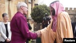 Uskup Agung Canterbury Justin Welby (kiri) berjabat tangan dengan Pangeran Mohammed bin Salman hari Kamis (8/3) di London.