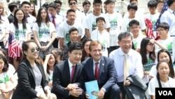 15일 미국 워싱턴의 의회 서편 잔디밭에서 '북한의 자유를 위한 미주한인교회연합(KCC)' 주최로 북한 인권 집회가 열렸다. 에드 로이스 미 하원 외교위원장(가운데)과 탈북 청년 김요셉(왼쪽), KCC 손인식 목사가 집회에 참석한 미국의 한인 청소년들과 함께 했다.