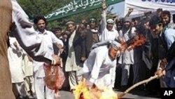 오바마 대통령의 허수아비를 불태우는 아프간 시위대