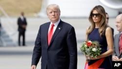 លោកប្រធានាធិបតីអាមេរិកដូណាល់ ត្រាំ និងស្រី្តទី១ Melania Trump ក្នុងទីក្រុង Hamburg ប្រទេសអាល្លឺម៉ង់កាលពីថ្ងៃទី០៦ កក្កដា ២០១៧។