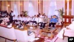 বাংলাদেশের প্রধানমন্ত্রী শেখ হাসিনার সঙ্গে বিমানের পাইলটদের বৈঠক