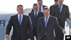 Menteri Keuangan Australia Joe Hockey, kiri.