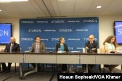 លោក Jon Fasman (ឆ្វេងបំផុត) ប្រធាននិពន្ធខាងតំបន់អាស៊ីអាគ្នេយ៍របស់ទស្សនាវដ្តី The Economist លោក Brian Eyler (ឆ្វេង) អនុប្រធានគម្រោងអាស៊ីអាគ្នេយ៍នៃមជ្ឈមណ្ឌល Stimson អ្នកស្រី Courtney Weatherby (កណ្តាល) អ្នកស្រាវជ្រាវឲ្យមជ្ឈមណ្ឌល Stimson លោក Richard Cronin អ្នកជំនាញជាន់ខ្ពស់ខាងទន្លេមេគង្គនៃមជ្ឈមណ្ឌល Stimson និងលោកស្រី Jennifer Turner ប្រធានវេទិកាបរិស្ថានចិននៃមជ្ឈមណ្ឌល Wilson ពិភាក្សាអំពីអនាគតទន្លេមេគង្គ នៅរដ្ឋធានីវ៉ាស៊ីនតោន។