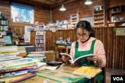 辞去专业工作、实现办书店愿望的洪毓穗。(美国之音记者方正拍摄)