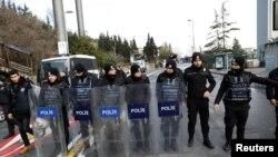 نیروهای پلیس در مقابل کلوب شبانه راینا در استانبول که در شب سال نو صحنه حمله و کشتار جمعی بود.
