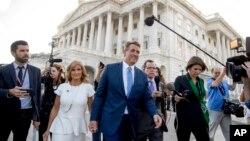 El senador republicano Jeff Flake considerado uno de los más jóvenes en el Senado anunció que no aspirará a la reelección en 2018. Flake acompañado de su esposa abandona el Capitolio después del anuncio.