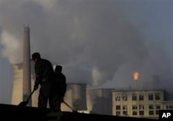 Khói đen thải ra từ tháp làm nguội của nhà máy điện và hóa chất ở Trung Quốc.