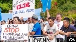 미국에 거주하는 위구르족 독립운동 지지자들과 국제활동가들이 워싱턴 DC 중국대사관 앞에서 중국의 소수민족 정책에 항의하는 시위를 벌이고 있다. (자료사진)