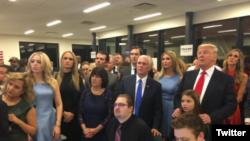 دونالد ترامپ و خانواده او همراه با مایک پنس ساعتی قبل از اعلام قطعی نتایج