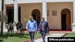 Rais wa Kenya Uhuru Kenyatta akita na mgeni wake Rais wa Somaliland Musa Bihi Abdi.