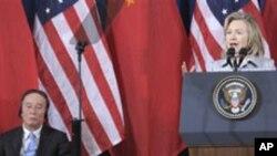 中國國務院副總理王岐山聆聽美國國務卿克林頓在美中經濟和人權問題會議上講話