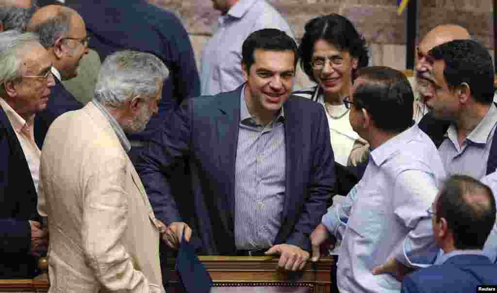یورپی رہنماؤں کا کہنا ہے کہ سیپراس نے بالآخر جرمنی کی طرف سے تجویز کیے گئے یونان کے پچاس ارب یورو مالیت کے سرکاری اثاثہ جات کی قرقی کے مطالبے کو تسلیم کر لیا ہے۔