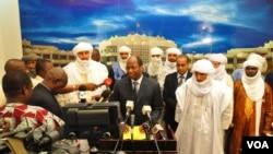 Utusan dari kelompok pemberontak Islamis Mali, Ansar Dine dan utusan pemerintah Mali bersama ketua negosiasi perdamaian untuk Mali dari ECOWAS memberikan keterangan seusai pertemuan di ibukota Burkina Faso, Ouagadougou (Foto: dok). Kelompok pemberontak Islamis telah sepakat untuk menolak aksi terorisme dan kekerasan, dan berupaya mencapai persatuan nasional, Selasa (4/12).