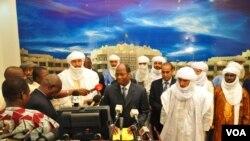 Les délégués d'Ansar Dine et du MNLA à Ouagadougou, avec le président Compaoré (16 nov. 2012)
