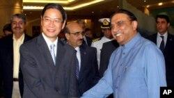 نائب چینی وزیرخارجہ نے صدر زرداری کا بیجنگ پہنچنے پر استقبال کیا