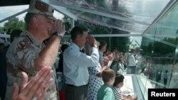 General Normal Şvarzkopf və ABŞ prezidenti Corc Buş 1991-ci ildə Vaşinqtonda keçirilən hərbi parad zamanı hərbçiləri salamlayarkən