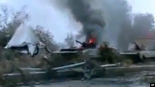 Tank militer Suriah terbakar api di luar kota Deir Ezzor (29/1). (AP/Ugarit News)