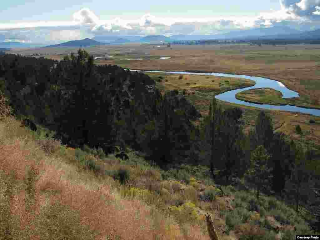 Projekcije klimatskih promjena na području bazena rijeke Sprague, u Oregonu, indiciraju stalni porast temperatura tokom 21. stoljeća, što će rezultirati smanjenjem snježnih padavina, promjenama u topljenju snijega, promjenama u vodotokovima, te smanjenju količine vlage u tlu. (USGS)