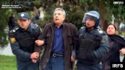 Hüquqşünas İntiqam Əliyevi polislər saxlayır