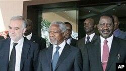 Kofi Annan (C), Raila Odinga (R) na mwendesha mashtaka wa zamani wa ICC Moreno Ocampo (L)