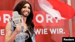 Austrijski transvestit, Končita Vurst sa nagradom za pobedničku pesmu Evrovizije