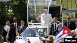 21일 쿠바를 방문한 프란치스코 교황이 미사 집전을 위해 올긴 시에 도착했다.