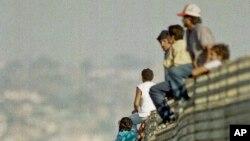 ARSIP – Foto yang diambil tanggal 14 Oktober 1991 ini memperlihatkan sekelompok imigran Meksiko melompati pagar perbatasan untuk memasuki Amerika Serikat, dekat Tijuana, Meksiko (foto: AP Photo/Lenny Ignelzi)