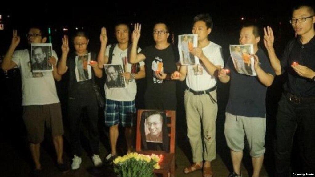 非政府組織中國人權捍衛者(Chinese Human Rights Defenders,簡稱CHRD)年度報告的封面,封面照片是廣東江門人士悼念劉曉波(2018年2月26日)