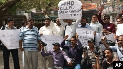 Pakistani journalists protest the killing of journalist Saleem Shahzad, Hyderabad, Pakistan, June 1, 2011.