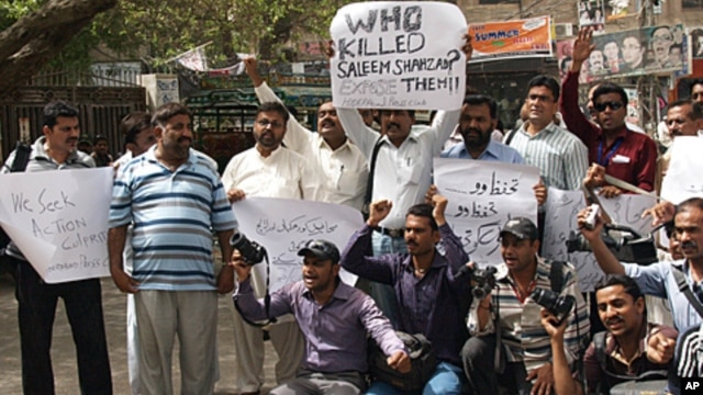Pakistani journalists protest the killing of journalist Saleem Shahzad, Hyderabad, Pakistan, June 1, 2011.