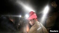 Des travailleurs dans la mine de Masimthembe Sibanye Gold à Westonaria, en Afrique du Sud, le 3 avril 2017.