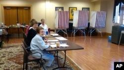 马里兰州一个投票站的工作人员
