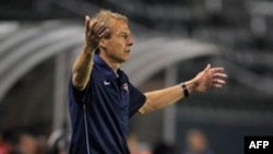 HLV trưởng đội tuyển Mỹ Jurgen Klinsmann trong trận Mỹ-Costa Rica, ngày 2 tháng 9, 2011, ở Carson, California.