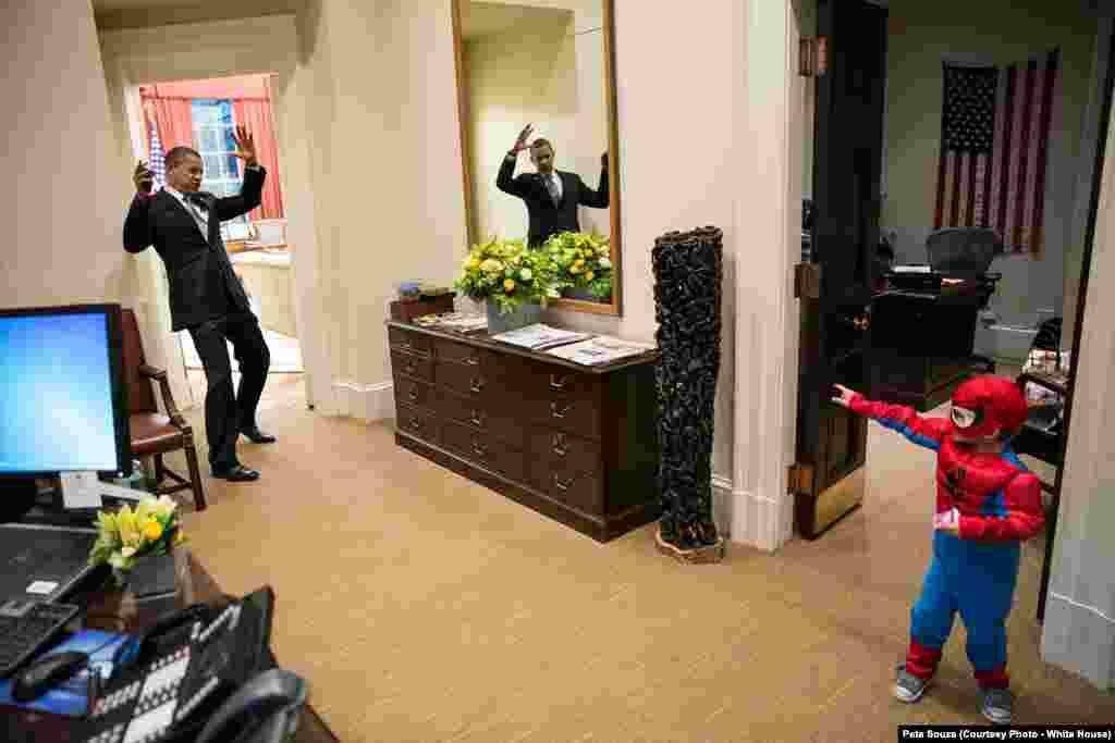 2012年的万圣节活动中,在白宫总统办公室外面,一位白宫工作人员的3岁孩子打扮成蜘蛛侠,奥巴马总统假装被蜘侠网缠住了。 有人转述奥巴马的话说,他很喜欢这张照片。