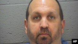 La policía de Chapel Hill señaló que el acusado colabora con las investigaciones.