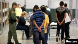 La mayoría de inmigrantes provienen de Honduras, Guatemala y El Salvador y según el gobierno de EE.UU. entran a un proceso de deportación prioritaria.