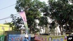 台湾南部屏东县竞选旗帜一景