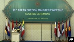 Ngoại trưởng Campuchia Hor Namhong đọc diễn văn trong phiên bế mạc hội nghị ASEAN lần thứ 45 hôm 13/7/12