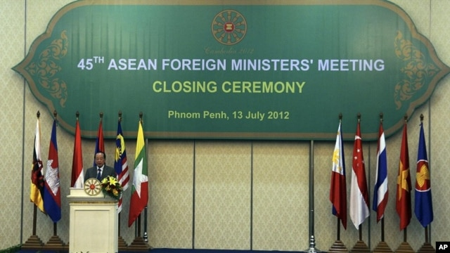 Cambodian Foreign Minister Hor Namhong speaks at the closing ceremony of the 45th Association of Southeast Asian Nations (ASEAN) Foreign Ministers' Meeting in Phnom Penh, Cambodia July 13, 2012.