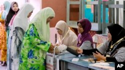Women line up to vote at a polling station at Penanti in Penang state in northern Malaysia, May 5, 2013.