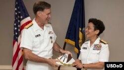 El almirante Mark Ferguson saluda a la almirante Michelle Howard, primera mujer en asumir como vice jefe de Operaciones Navales.