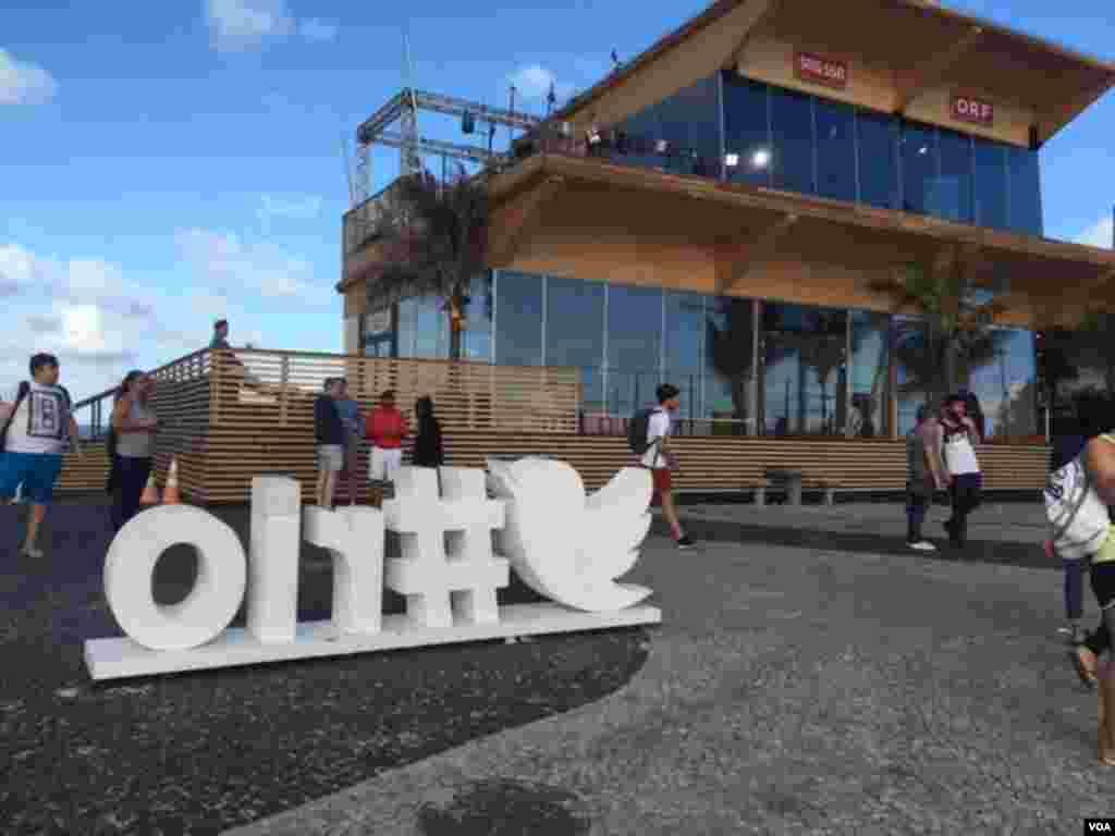 تابلویی برای تبلیغ هشتگ ریو در توییتر در سواحل ریو