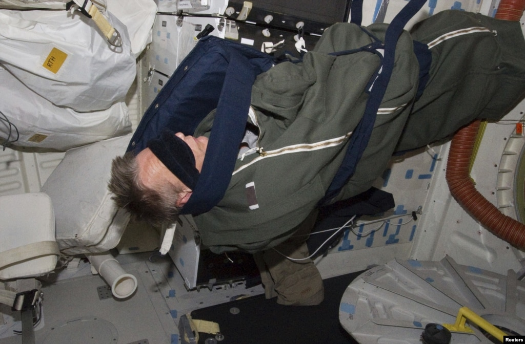 where does astronauts sleep-#15