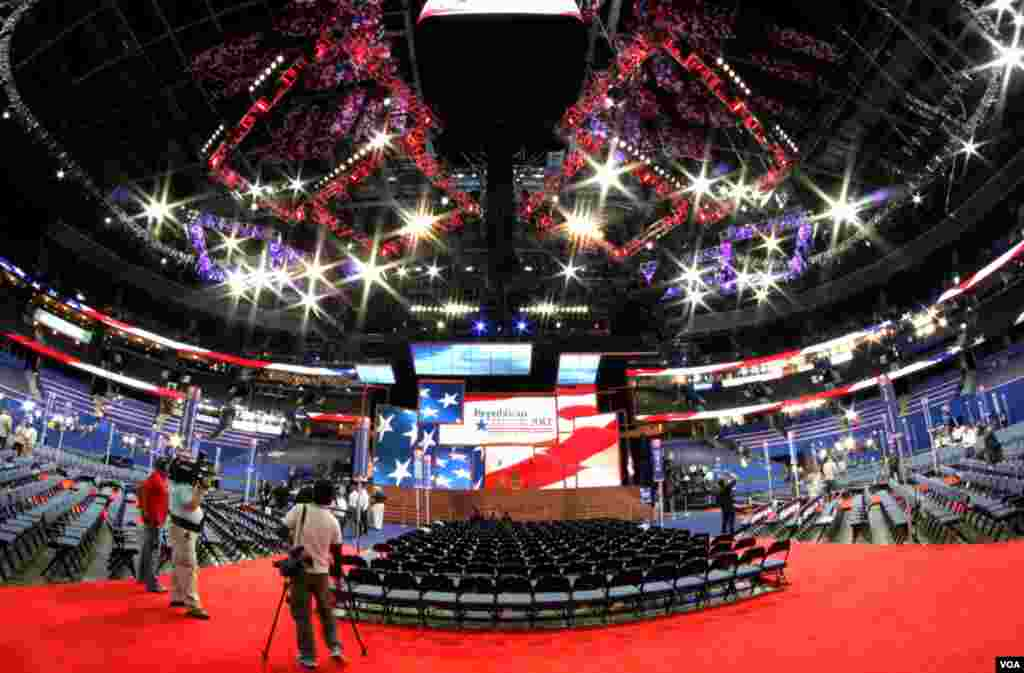 The Republican National Convention main stage at the Tampa Bay Times Forum in Tampa, Florida, August 27, 2012. (B. Allen/VOA)