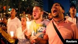 Estudiantes opositores al gobierno de Nicolás Maduro participan en una protesta en contra del diálogo iniciado entre el gobierno y una parte de la oposición.